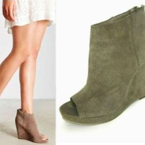 Dolce Vita 6 Demy Suede Leather Wedge Taupe Olive